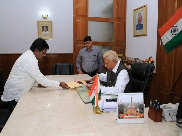Karnataka minister and Independent MLA Nagesh resigns, offers support to BJP