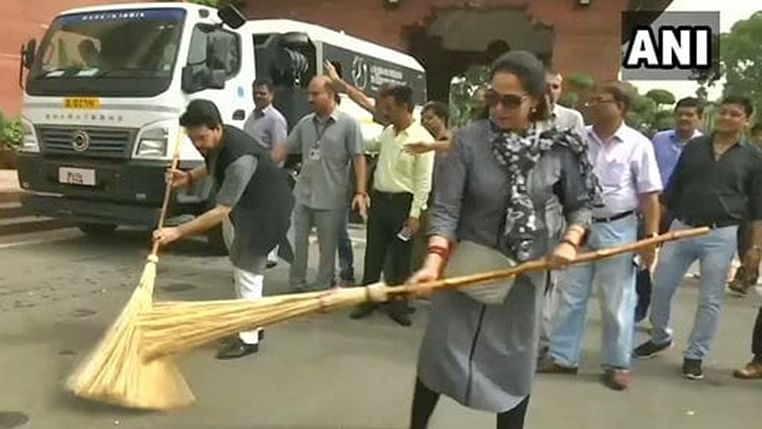 Check out Dharmendra's honest response to Hema Malini's clumsy sweeping video that went viral