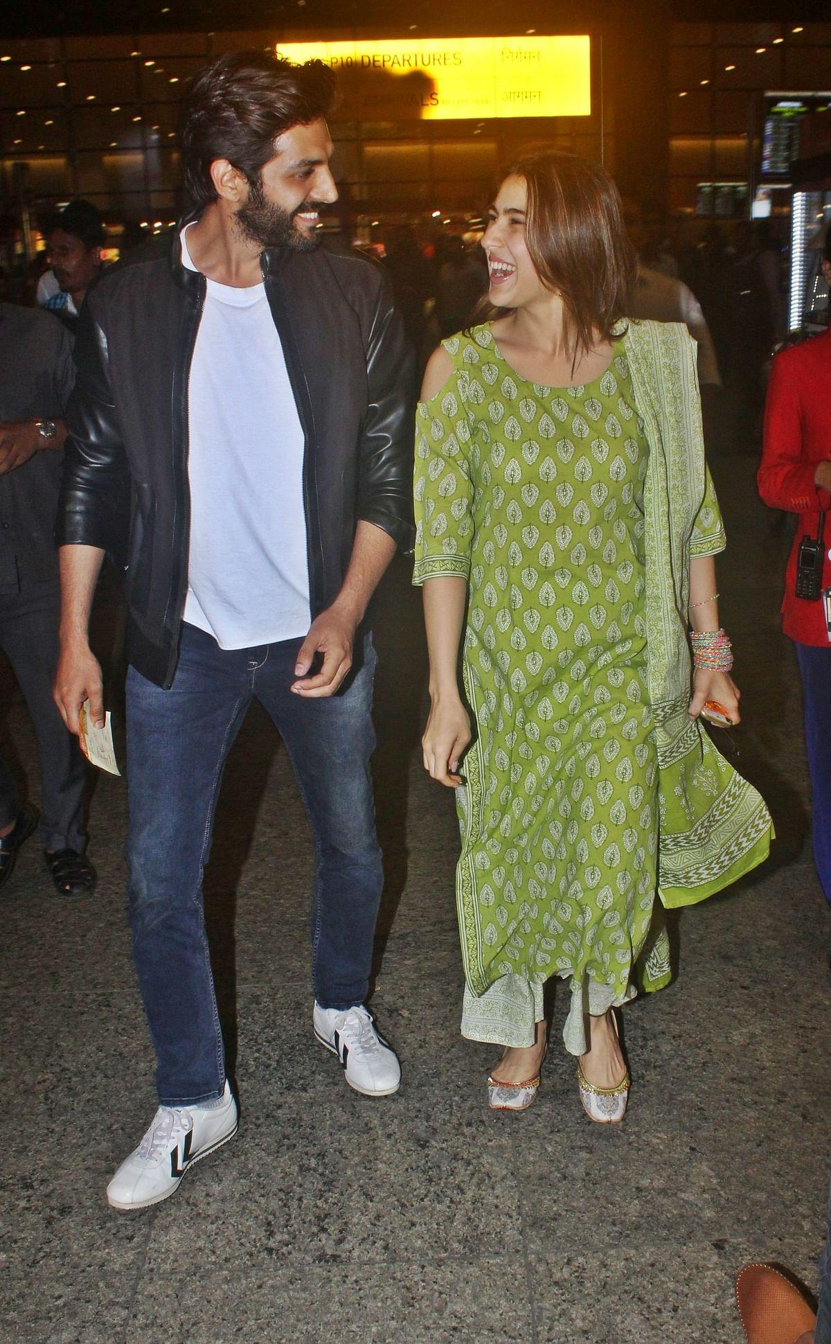 Rumoured couple Sara Ali Khan and Kartik Aaryan were caught by the lens of paparazzi.