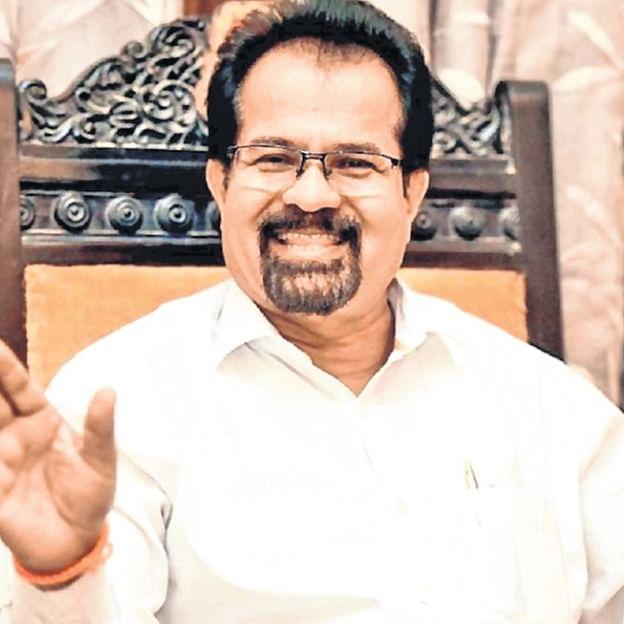Mumbai: Mayor Vishwanath Mahadeshwar forgets manners