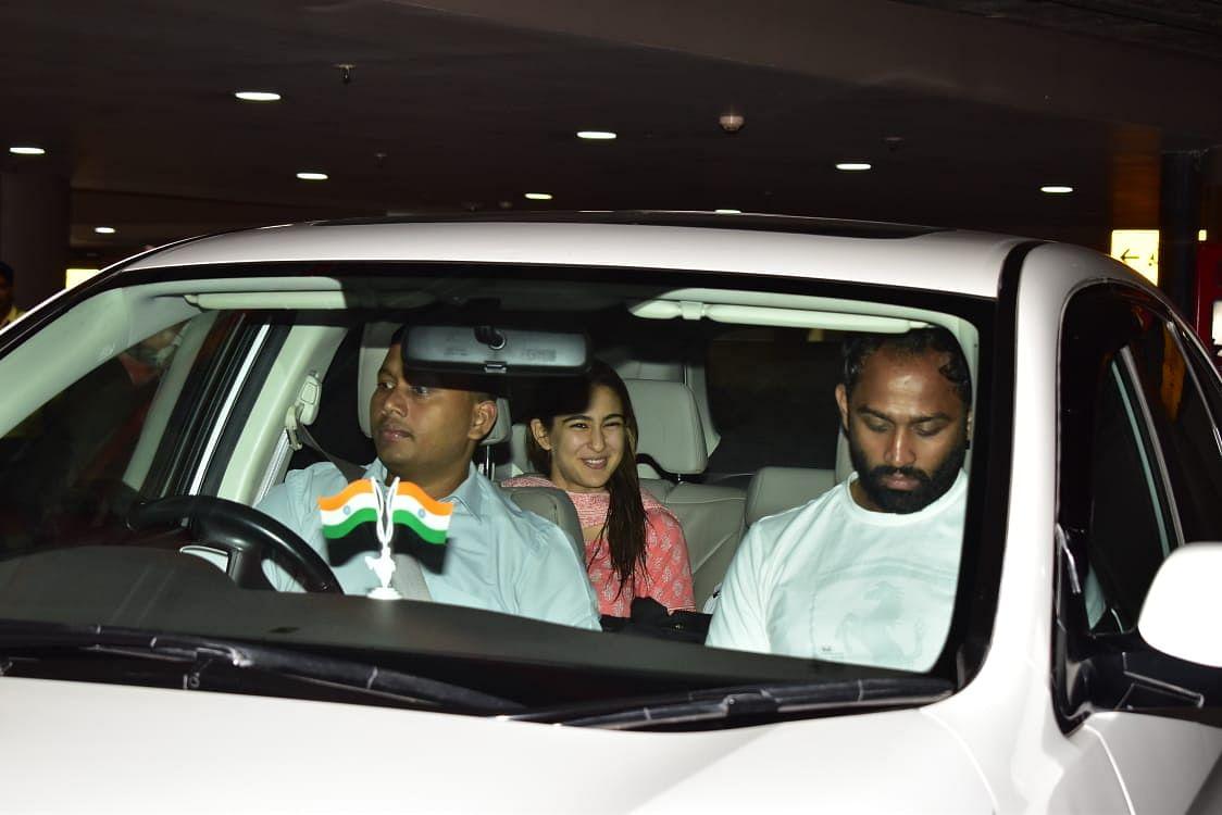 Watch Sara Ali Khan pick up rumoured BF Kartik Aaryan at airport