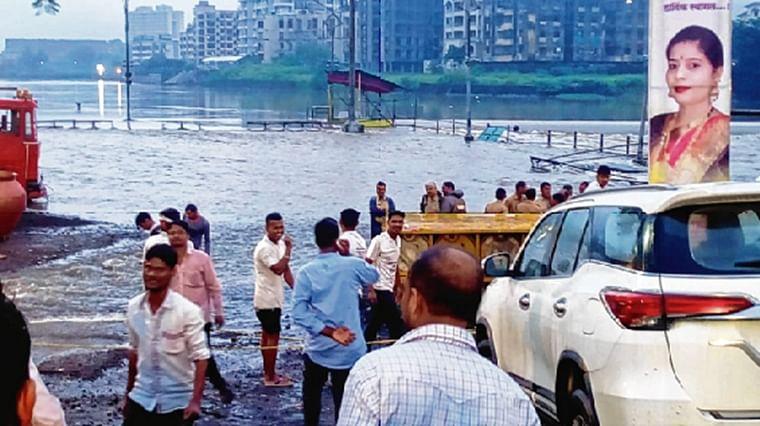 Mumbai: Heavy rains dampen spirit of devottees