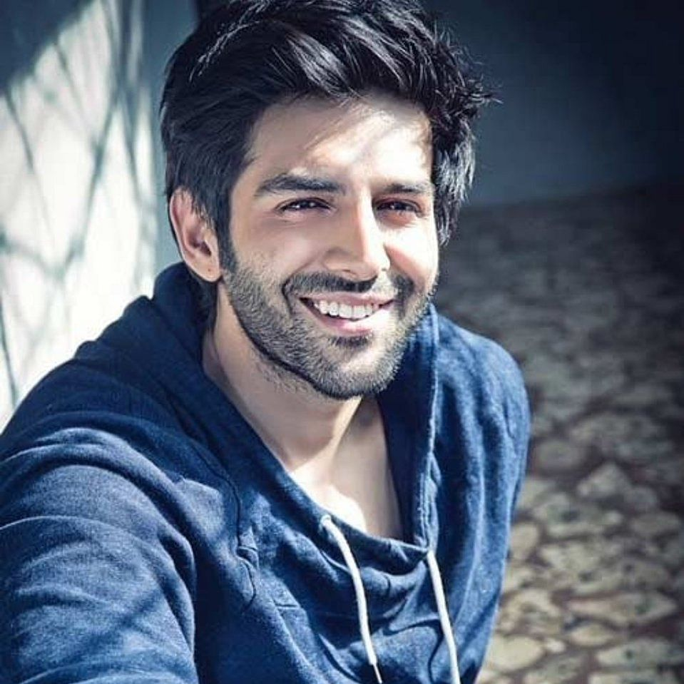 Who gave Kartik Aaryan an adorable b'day surprise?