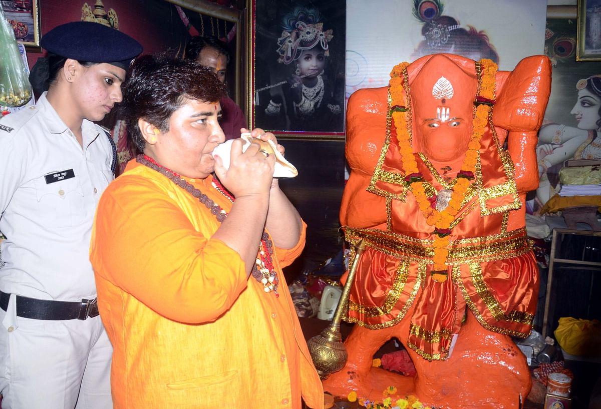 Bhopal: Pragya distributes sweets