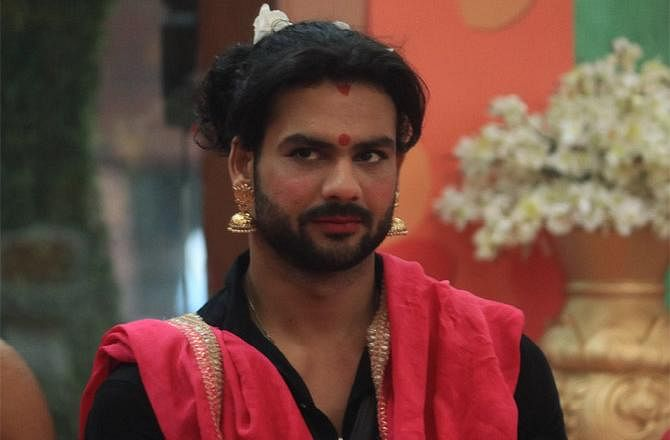 Bigg Boss 13: Vishal cross-dresses as Paras 'mausi'