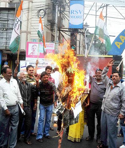 Indore: Congress burns Yogi Adityanath's effigy