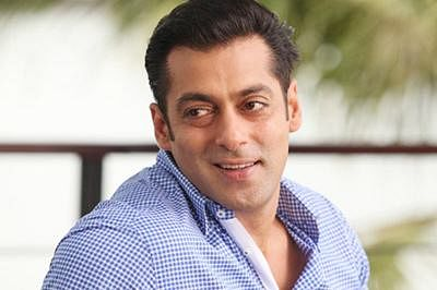 Salman Khan grooves with the crowd on 'Tubelight' set