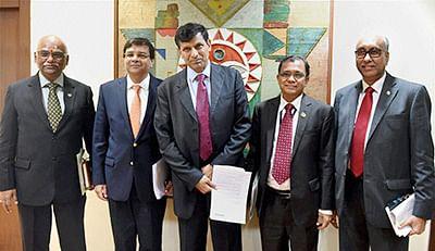 Mumbai: Former RBI Governor Raghuram Rajan (4th from L) with Deputy Governors S S Mundra, R Gandhi, H R Khan and Urjit Patel.