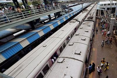 Mumbai: Western Railway services were disrupted due to technical snag in Mumbai on Monday. PTI Photo by Santosh Hirlekar   (PTI6_20_2016_000052B)