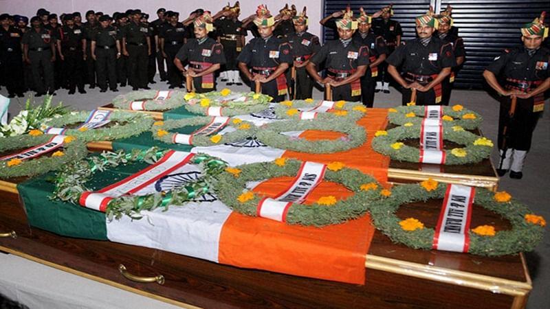 Ranchi: Jharkhand Governor Droupadi Murmu offering tribute to slain Army jawans Jawra Munda, Nayan Kumar  and S K Vidyarthi in Ranchi on Monday. Army jawans died in a terror attack at Uri near Line of Control on Sunday mornning. PTI Photo (PTI9_19_2016_000228B)