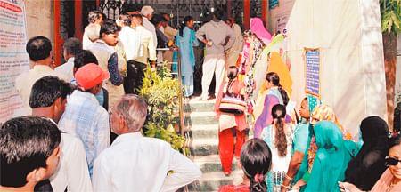 Demonetisation: Banks under pressure, post offices play major role in easing cash-starved crowd
