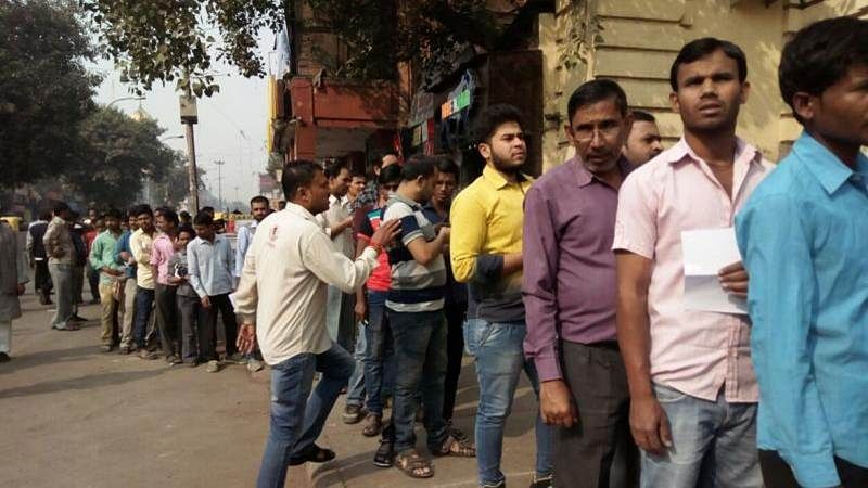 Long queues at banks in Mumbai to deposit scrapped notes