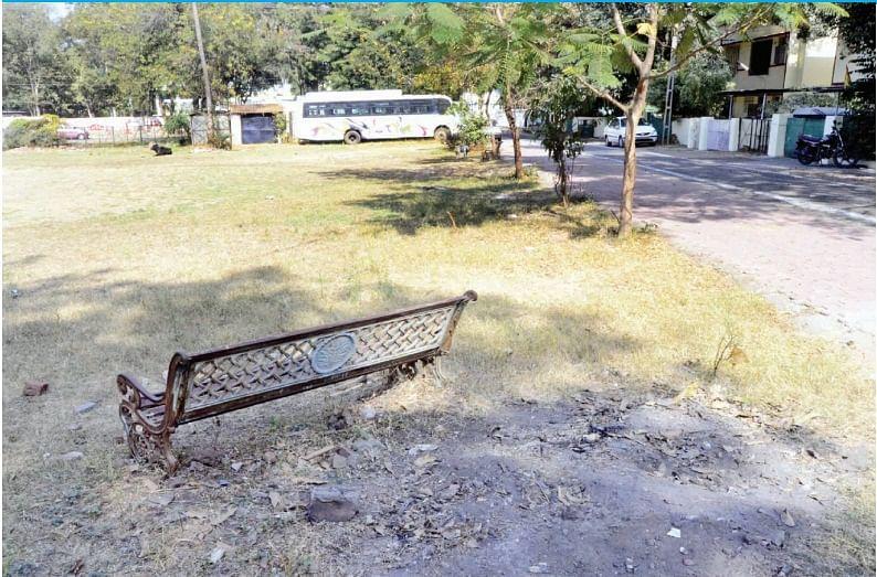 Bhopal: Park near Narmada Bhavan turned into parking space