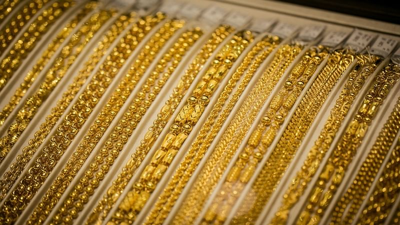 Gold prices crashed Rs 820 to Rs 30,530 on global cues