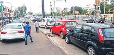 Bhopal: Vehicles of ticket aspirants pose hassles for commuters