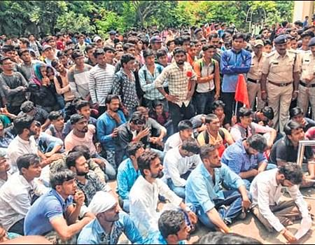Indore: ABVP force shuts Holkar College demanding action against accused