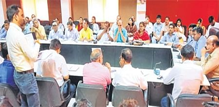 Ujjain: Collector Manish Singh reviews second special revision of electoral rolls