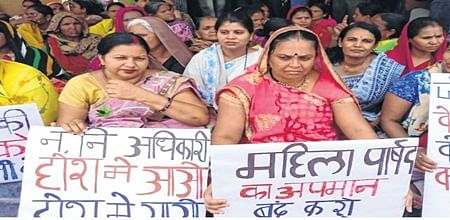 Bhopal: Corporator, residents sit on dharna over inadequate water supply
