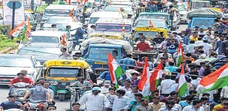 Indore: Youth Congress workers cause traffic jam on aerodrome road