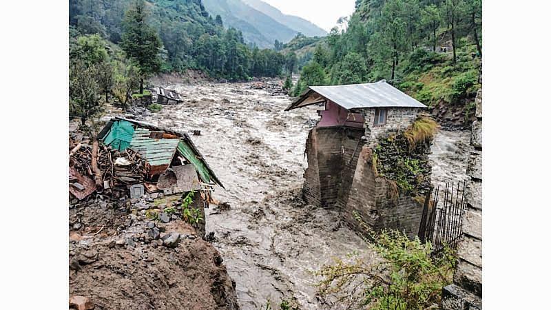 Himachal rains claim 8; hundreds stranded
