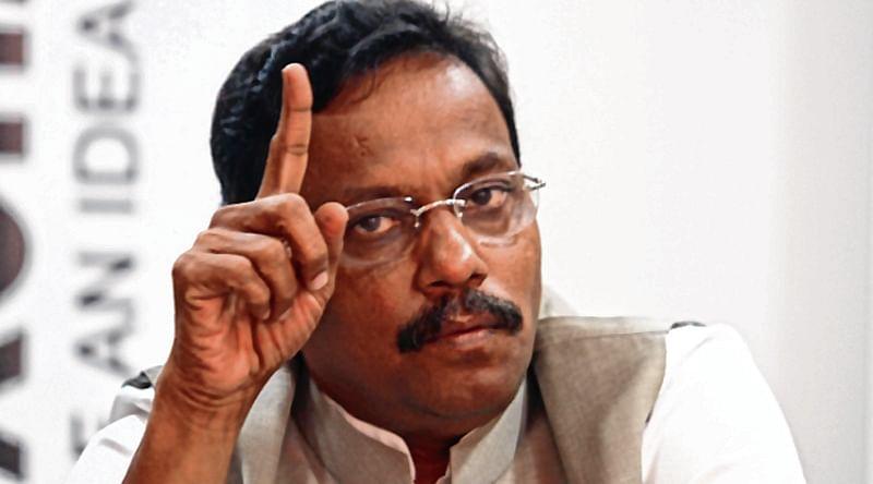 Sensing defeat, Sushilkumar Shinde making BJP offer claim: Vinod Tawde