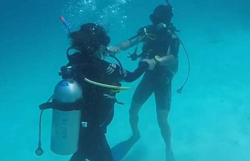 Only Hina Can! Watch as 'Komolika' breaks into an impromptu underwater dance with beau Rocky Jaiswal