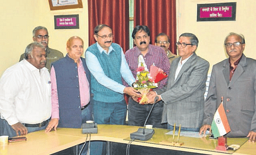 Ujjain: Acting VC Prof Sharma welcomed with drumbeats