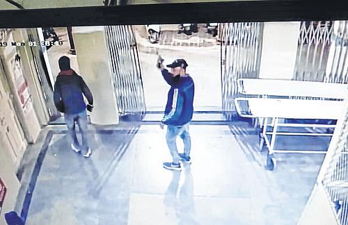 Ujjain: Youths threaten hospital staff with pistol
