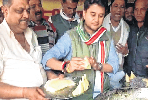 Bhopal: After chapatis, Scindia now tries hand at frying Samosas