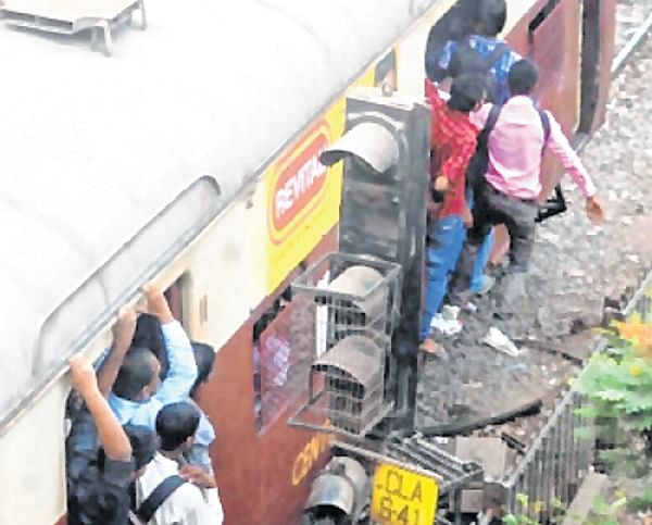 Mumbai: 20-year-old dies after falling from overcrowded local between Dombivli and Kopar